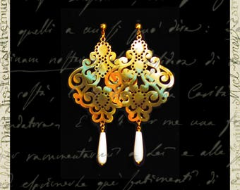Large perforated earring With mother-of-pearl pendant