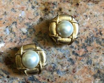 1980s clip on earrings golden metal & faux pearl