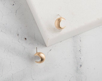 Gold Crescent Moon Stud Earrings // Gold Minimalist Earrings // Stud Earrings // Nature Inspired Earrings // Gold Studs // Simple Earrings