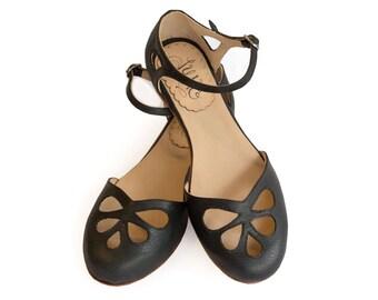 Black Pie - Leather flat sandal in black. Handmade in Argentina