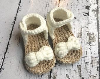 Crochet baby sandals (0-3 mo.), (3-6 mo.), white, cotton/ cotton blend yarn.