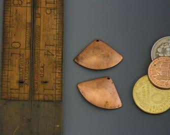 Copper fan dangle charm, vintage charms, 1970s, dangle. Fan shape. Fan dangle, natural patina. One pair. Beadwork, Jewelry making, supply.