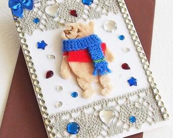 Carte Anniversaire Enfant - Petit Ours en Hiver - Dentelles, noeuds, nounours, cabochons - Création d'artiste, fait-main, pièce unique