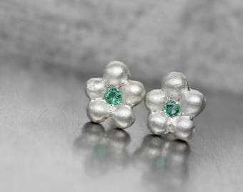 Cute Emerald Silver Flower Stud Earrings Delicate Green Gemstone Blooms May Birthstone Beryl Boho Gift Idea For Her Gardener - Maiblümchen