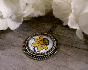 Yellow daffodil necklace, Daffodil pendant, Embroidered flower necklace, Cross stitch pendant, Narcissus pendant, Yellow narcissus necklace