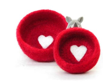 Nesting bowls / Felted bowls / Jewelry holder / wedding favor / Red vessel with heart