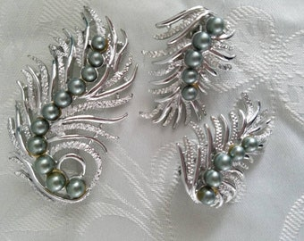 Vintage Sarah Coventry brooch and clip on earring set