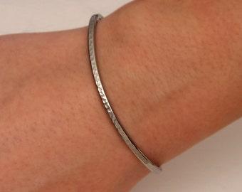 Hammered Cuff Bracelet, Gunmetal/Niobium (350cur.n)