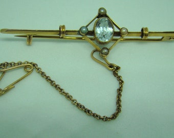 Edwardian bar brooch - elegant with aquamarine and seed pearls in 9ct gold.Original box.
