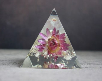 Paperweight or object Deco pyramid 5 x 5.5 cm resin inclusion of everlasting Roses and baby's breath white