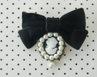 Brooch cameo, Pearl and bow