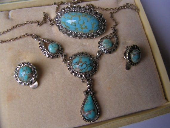 Very lovely vintage boxed set of silvertone turquoise and marcasite necklace brooch and earrings