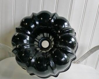 Black aluminum bundt baking pan