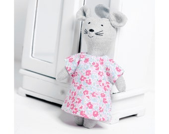 Dress for the mouse. The dress can be removed.