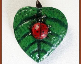 Broche mariquita, broche hoja y mariquita, pin mariquita, broche hecho mano insecto, broche pintado mano insecto, regalo para niñas, broches