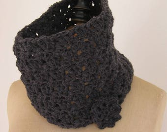 Gray crocheted collar with flower