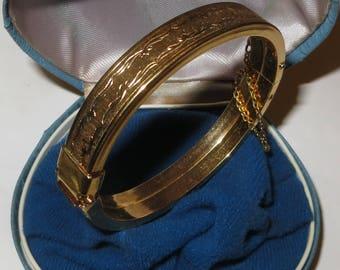 Vintage 1950's (in orig. box) engraved ROLLED GOLD/GP hinged bangle with security chain - Excellent condition 23.7g