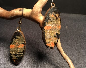 Exceptional earrings in wood of the boreal forest of Quebec.