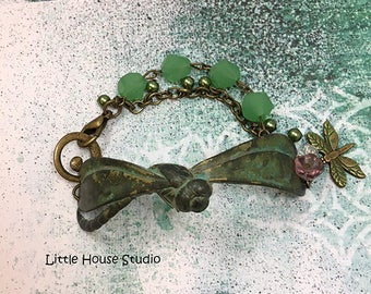 Bracelet libellule, patine libellule Bracelet, perles de Jade, Bracelet à breloques, breloque libellule, libellule en métal antique Bracelet