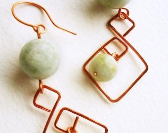 Pierre à la main de boucle d'oreille avec fil de cuivre pur et Jade citron Serpentine vert pâle