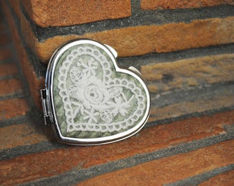 Heart mirror with application of cream lace, on Saba fabric.