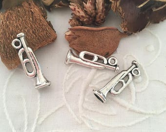 5 charms antique silver trumpets