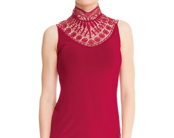 Top without sleeves fitted with high collar lace
