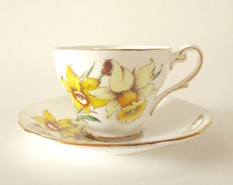 Vintage Tea Cup and Saucer / Royal Standard fine Bone China England / Golden Gleam / Cottage Home Decor / Daffodil / Floral Tea Cup