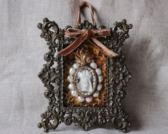 Our Lady and pearl in the water, wall hanging reliquary - objet d'art - (Relic-107)