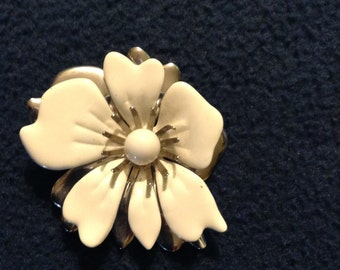 Vintage Sarah Coventry white enameled and silver tone flower brooch.