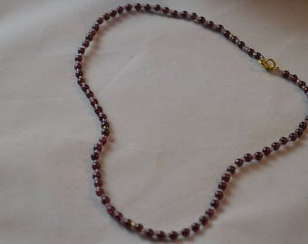 Choker necklace in Garnet and glass beads