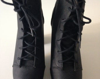 Boots with black plateu