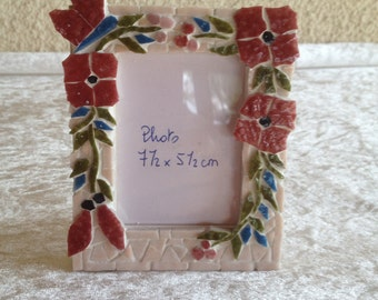 Mosaic picture frame small size: wreath with Burgundy flowers in relief.