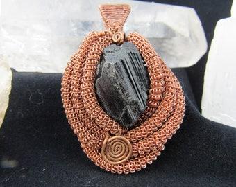 Du fil de cuivre belle enveloppe avec un beau morceau de Tourmaline noire terminée