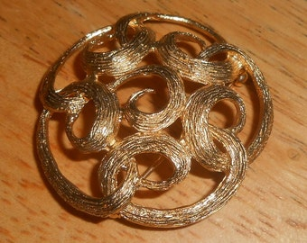 """Vintage 1974 Sarah Coventry """"TRACERY"""" Gold Tone Textured Open Work Swirled Loop Circular Round Brooch"""