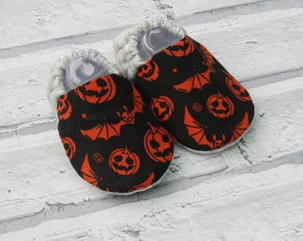 Halloween pumpkin & bats baby booties, available in sizes up to 24 months! Baby slippers!