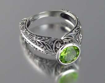 THE COUNTESS silver ring with Peridot (for sizes 7 to 9.5)