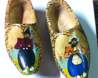 Peint à la main Vintage petites chaussures en bois - paire de 7» sabots hollandais - Klompen - décor de ferme rustique - Made in Holland - vieux bois chaussures de l'enfant