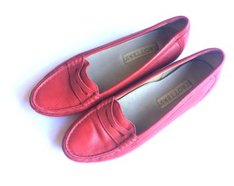 Vintage 90s Trotters red leather loafers shoes. Size 8M