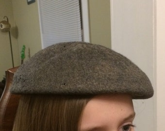 Vintage 1950s beret grey wool hat by Glenover w/button embellishments
