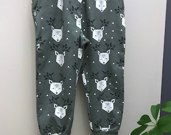 The Anna baggy pants, deer style, green deers, for boys and girls.