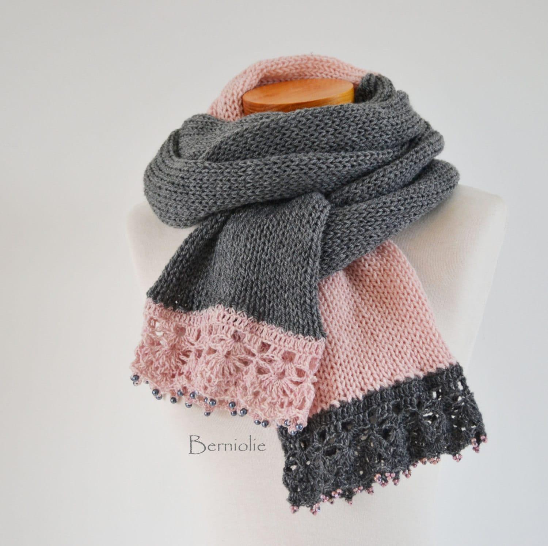Top Sciarpa in maglia grigio e rosa con pizzo all'uncinetto OP17