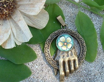 PENDANT HAND OF THE KING WITH FIMO FLOWER CABOCHON