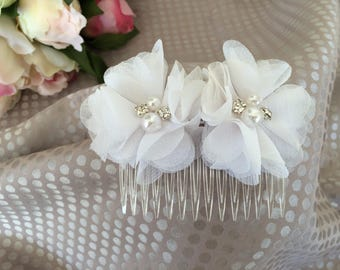 Ceremony with white flowers hair comb