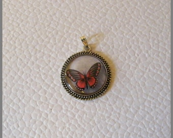 """Round medallion with """"Red and black Butterfly"""" necklace - resin Cabochon and metal silver"""