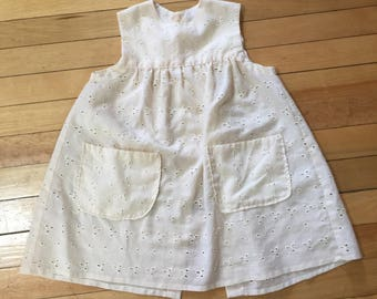 Vintage 1980s Toddler Girls Cream Eyelet Lace Pinafore Dress! Size 2