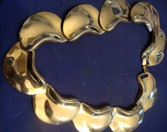 VINTAGE 50's chic choker scallop necklace in bold gold tone shiny metal