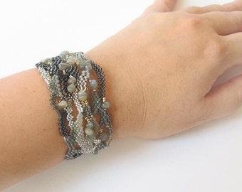 Gray Freeform peyote bracelet, OOAK beadwork bracelet, Boho bracelet, Freeform seed beads bracelet, Labradorite bracelet, gray bracelet