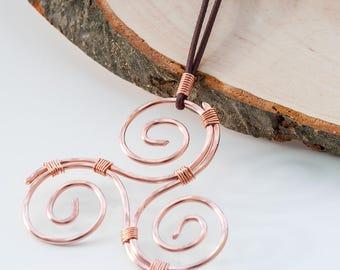 Un ciondolo celtico in filo di rame, un Triskele fatto a mano.  Un gioiello celtico unico e perfetto per tutti e per tutti i giorni