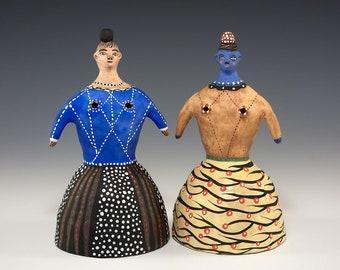 Geschnitzten Salz und Pfeffer Set - zwei Skirted Dame Figuren - Keramik - Jenny Mendes gemeißelt Set